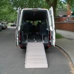 Über eine am Fahrzeug angebrachte Rampe kann dann der Rollstuhl ins Fahrzeug gefahren werden.